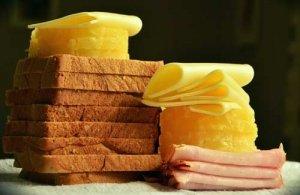 Toast-Hawaii - der Klassiker mit Ananas in der Küche