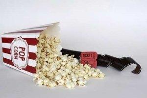 Kino-Popcorn zuhause mit einer Popcornmaschine
