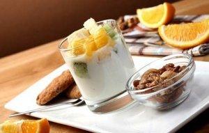 Ein gesundes Frühstückt mit Joghurt aus der Joghurtmaschine