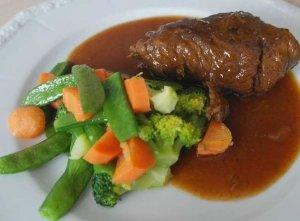 Rinderroulade mit Gemüse - lässt sich ideal im Schongarer zubereiten