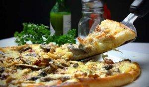 Auch die Pizza ist in einer Heißluftfritteuse leicht zuzubereiten