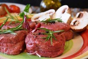 Viele Lebensmittel, wie Fleisch und Gemüse kann man mit der Sous Vide Gar-Methode schonend garen
