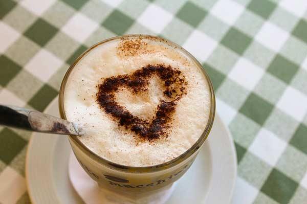 Am Ende steht der perfekte Latte Macchiato - mit Herz zubereitet